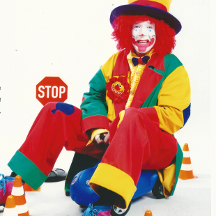Clown-August-auf-dem-Bobbi-Car-.png